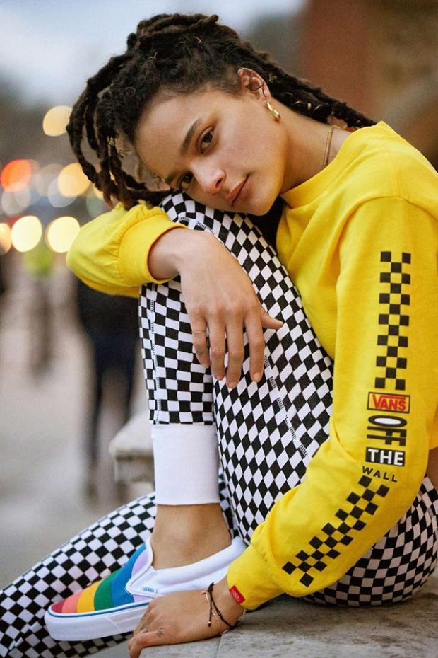 Hình ảnh Sasha Lane hiện lên như một nàng thơ thành thị xinh đẹp và nổi loạn trong những item mới nhất của Vans x UO