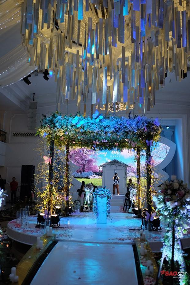 Bên trong tiệc cưới ngập tràn những con bướm tượng trưng cho tình yêu.