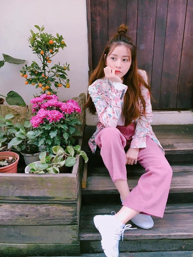Hình ảnh trẻ trung của Chi Pu với cả cây màu hồng đậm chất vintage khiến fans rất thích thú