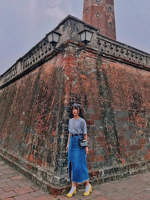Nếu bạn là cô nàng yêu phong cách vintage, hãy học Quỳnh Anh Shyn mix áo pull cùng váy jeans denim. Đừng quên hoàn thiện set đồ với mũ nồi, tất cao cổ phối với giày đế vuông nhé!