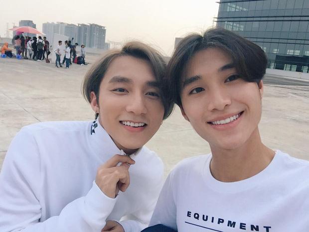 """Sơn Tùng và stylist """"ruột"""" Phạm Bảo Luận có vẻ rất mãn nguyện khi diện chung mẫu tóc huyền thoại này."""