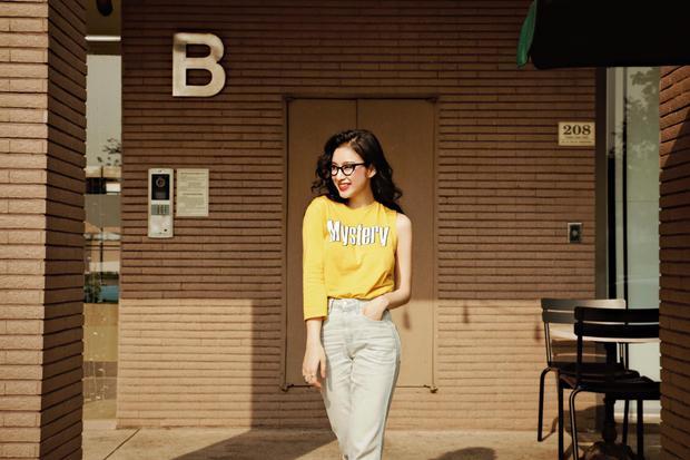 Angela Phương Trinh tươi xinh trên phố với set đồ theo phong cách đơn giản cùng chiếc áo thun vàng bất đối xứng độc đáo.