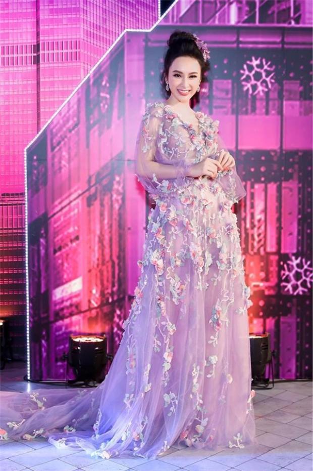 Hay chiếc váy đến từ thương hiệu Marchesa nằm trong bộ sưu tập Resort 2017, có giá 8.995 USD (khoảng hơn 200 triệu đồng).
