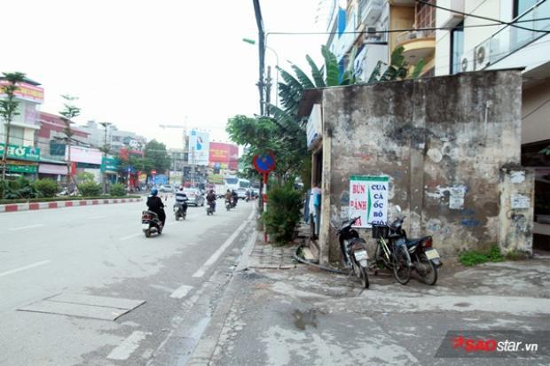 Căn nhà án ngữ ngay giữa vỉa hè đường Nguyễn Phong Sắc.