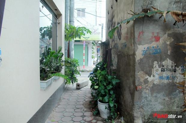 Người đi bộ qua đoạn này sẽ lách qua một khe nhỏ giữa nhà này với một nhà khác, hoặc đi thẳng xuống lòng đường.