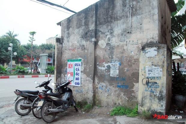 Ngôi nhà cũ kỹ, mái được lợp bằng bro xi-măng; tường đã bong tróc lớp vôi vữa nằm ở gần cổng phụ Học viện Báo chí và Tuyên truyền.