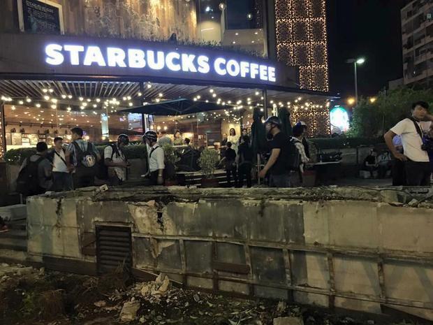 Sau hàng loạt vỉa hè, đến lượt quán cà phê Starbucks ngay trung tâm Sài Gòn bị xử lý vi phạm