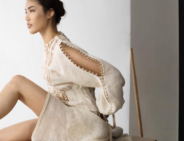 Trải nghiệm từ những chuyến đi của bản thân là nguồn cảm hứng giúp chủ nhân của thương hiệu LAM GIA KHANG hoàn thành 50 thiết kế với phong cách tối giản (minimalism), lấy ý tưởng từ khát khao khám phá và đam mê tự do của những người phụ nữ hiện đại.