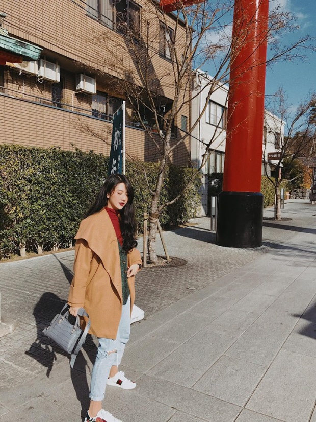 Nàng hotgirl cũng sở hữu chiếc túi của thương hiệu đắt đỏ Balenciaga với hai màu khác nhau.