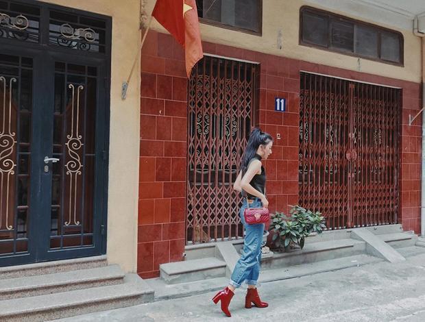 Quỳnh Anh Shyn thường lựa chọn kết hợp tone - sur - tone cùng đôi boot đỏ bắt mắt.