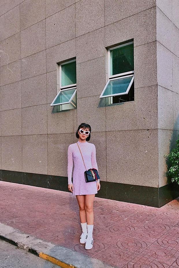 """Chiếc túi Sylvie xích vàng làm mưa làm gió trong cộng đồng thời trang là một trong những chiếc túi """"ruột"""" của cô nàng khi liên tục sử dụng và kết hợp với set đồ phong cách khác nhau."""