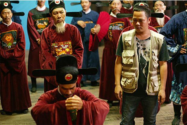 Trong một cảnh quay khác, vị quan mặc áo đỏ, đứng ngoài cùng bên trái cũng có hình Lion King trên ngực.