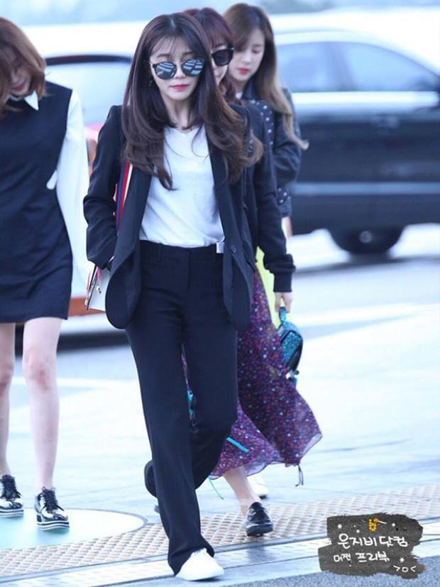Cô nàng Eunji (A Pink) diện trang phục giản dị đen - tráng.