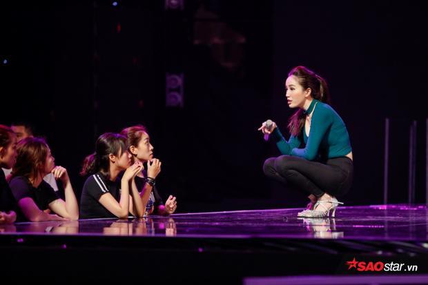 Không chỉ chú trọng vào giọng hát, lần xuất hiện này, team Bảo Thy đầu tư khá nhiều vào phần vũ đạo.