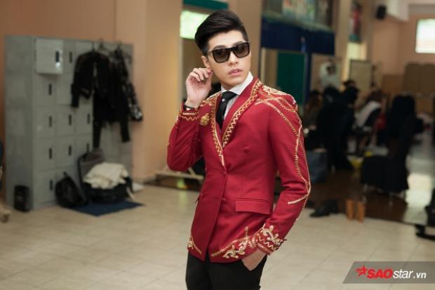 Luôn trung thành với combo sơ mi trắng kết hợp cà vạt đen, Noo Phước Thịnh chỉ biến tấu phong cách qua lựa chọn vest vào mỗi vòng của mình. Điểm nhấn cá tính nhất trên tổng thể áo quần của Noo Phước Thịnh chính là cặp kính.