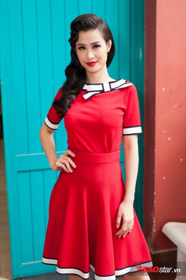 Đông Nhi xuất hiện như nàng thơ nữ tính với váy đỏ rực rỡ từ BST Xuân Hè 2017 của thương hiệu Carolina Herrera.