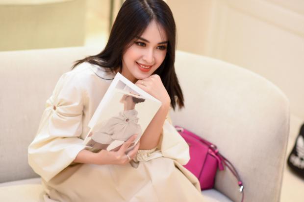 Tuy nhiên, vì phong cách BST lần này của Lâm Gia Khang là tối giản và thanh lịch, nên Văn Anh cũng tư vấn Tú Vi chọn lựa mẫu thiết kế không quá cầu kỳ và gam màu nên nhẹ nhàng, sang trọng.