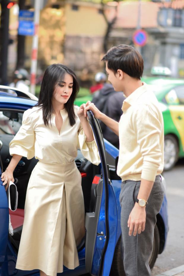 Ông chồng ga lăng của showbiz Văn Anh cũng đưa bà xã đến chọn trang phục chuẩn bị tham dự show thời trang Lâm Gia Khang Xuân - Hè 2017.