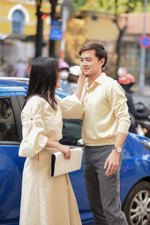 Hành động âu yếm của cặp đôi ngay khi vừa xuống xe đã nhanh chóng thu hút sự chú ý của những người đi đường