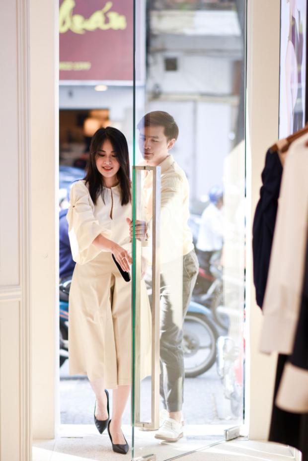 Cả hai nhanh chóng vào cửa hàng của Lâm Gia Khang để thử trang phục