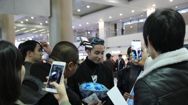 Giọng ca Lạc trôi hiện là ca sĩ sở hữu lượt fan hâm mộ nhiều nhất tại Việt Nam, các sản phẩm âm nhạc của nam ca sĩ đã vượt qua giới hạn trong nước và tiếp cận được với rất nhiều fan hâm mộ tại nước ngoài.