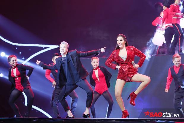 Trong vũ điệu Tapdance, cả hai khiến sân khấu bùng nổ khi vô cùng ăn khớp trên sân khấu.