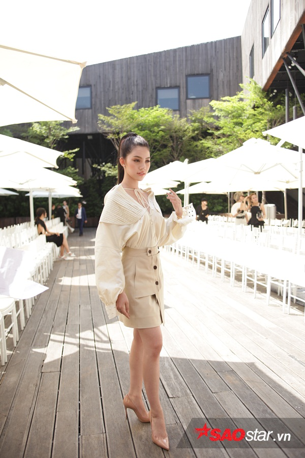 Jolie Nguyễn diện thiết kế mới nhất của Lâm Gia Khang với vẻ ngoài năng động nhưng cũng không kém phần sang chảnh khi để kiểu tóc buộc cao đuôi ngựa.