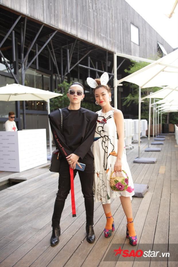 """Cặp đôi Kelbin Lei và Kaylee Hwang luôn song hành cùng nhau trên mọi """"mặt trận"""" thời trang với style đẹp miễn chê và lần này cũng không ngoại lệ. Kelbin luôn tối giản với sắc đen thì Hwang lại như một vườn hoa rực sắc màu cân bằng đội hình một cách hoàn hảo nhất."""
