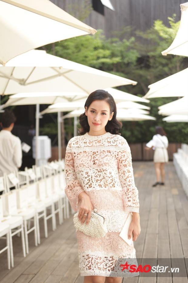 Tú Vi nữ tính với chiếc váy ren dáng suông tông hồng trắng, một mình có mặt tại sự kiện.