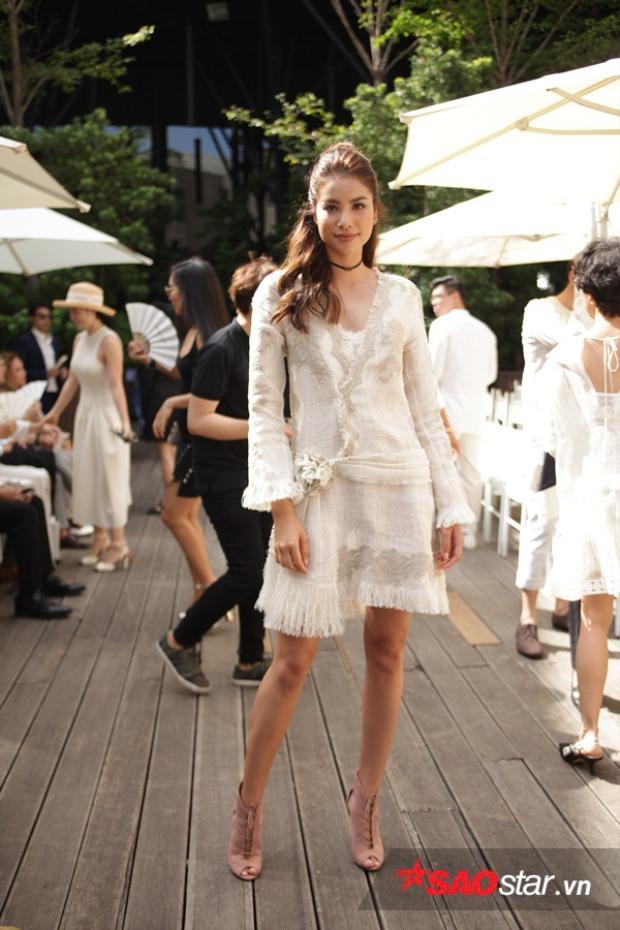 Phạm Hương đơn giản với chiếc váy chân tua rua.
