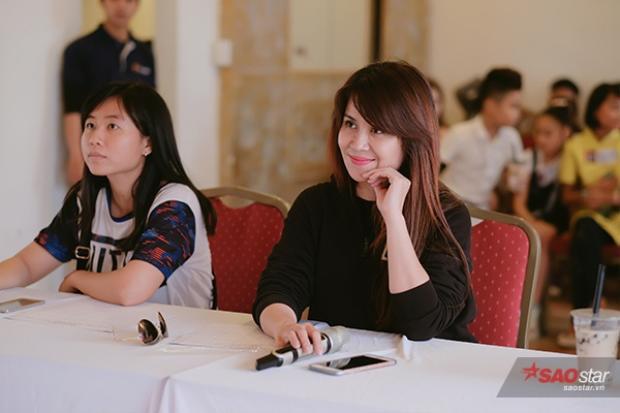 Cô chăm chú theo dõi các phần thi của thí sinh Giọng hát Việt nhí 2017.