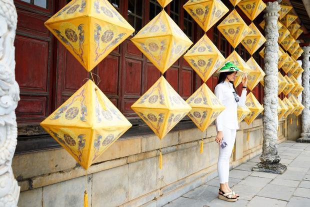 Lệ Hằng khoe vẻ rạng rỡ tại Đà Nẵng, Huế dù lịch trình dày đặc