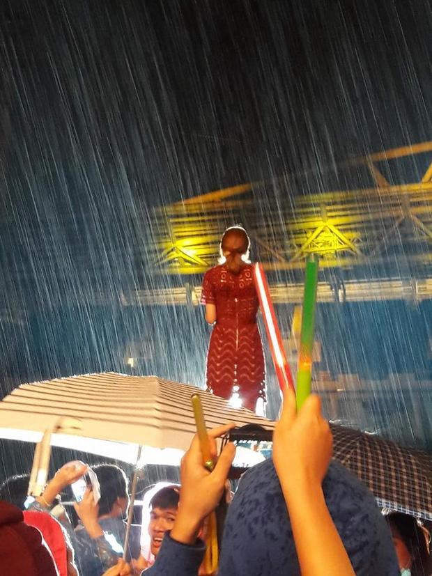 Trời mưa to kéo dài từ đầu chương trình.