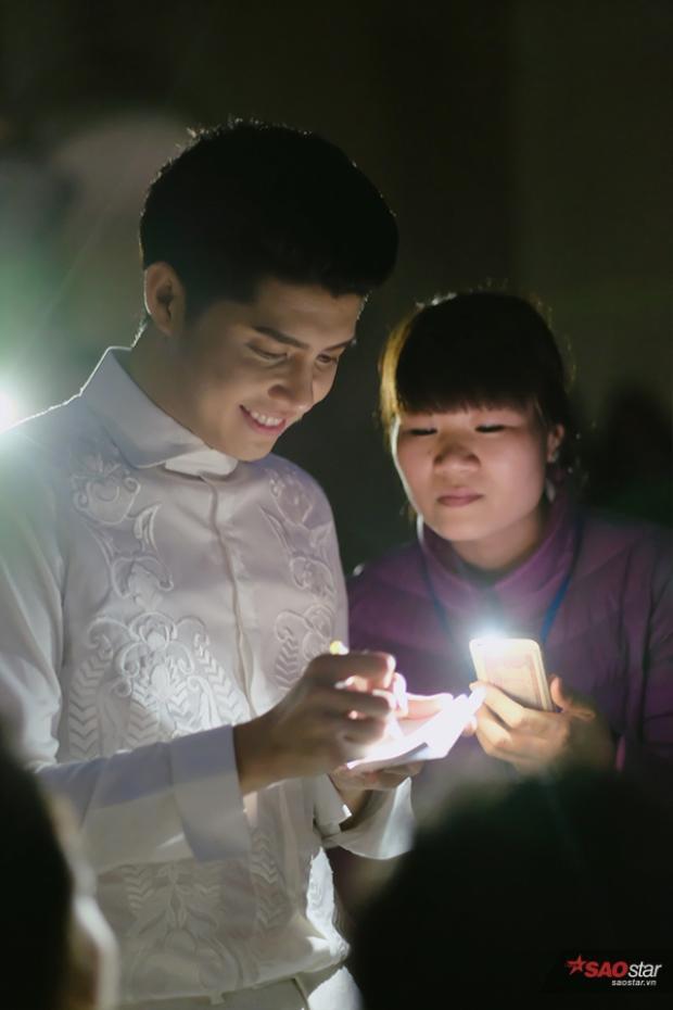Và phải dùng đến ánh đèn flash từ điện thoại để soi sáng…