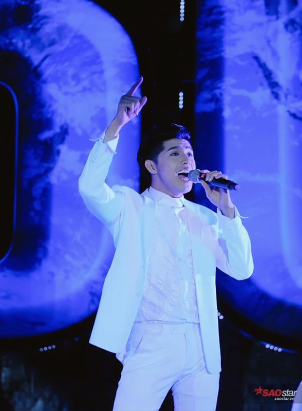 Nam ca sĩ mang đến ca khúc Cause I Love You đầy sôi động.