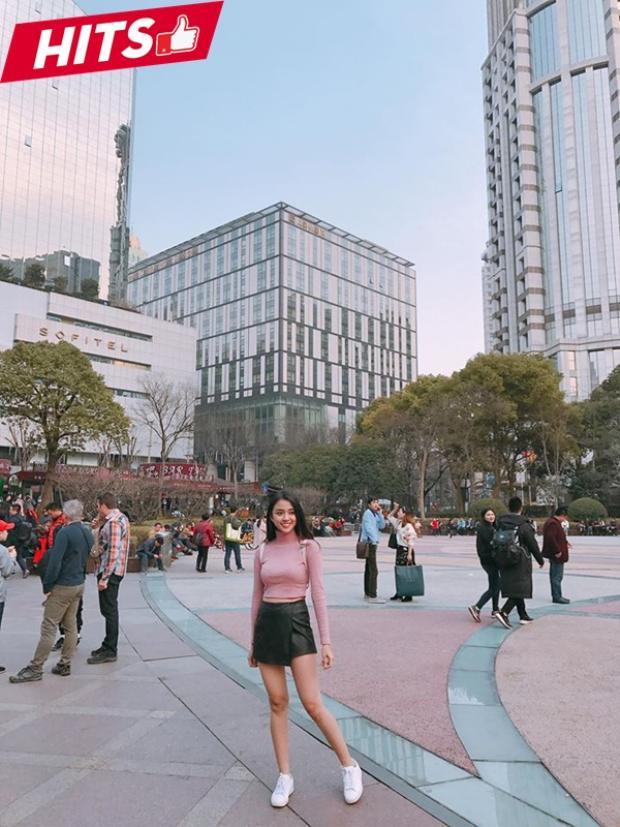 Thiên Nga khoe đôi chân thon dài trong chân váy chất liệu da mix cùng áo thun dệt kim màu hồng pastel nhẹ nhàng. Một diện mạo bắt mắt và chỉn chu mà bất kỳ cô nàng nào cũng có thể học hỏi.