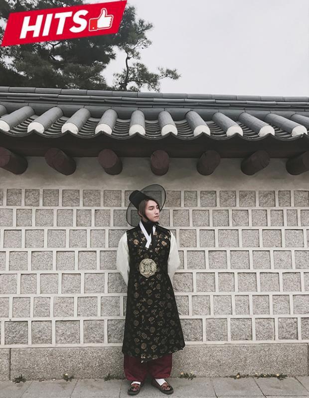 Vừa tới Hàn Quốc, Sơn Tùng đã có bộ hình đẹp lung linh với trang phục hanbok và được nhiều người khen ngợi như trai Hàn. Thiết kế với tông màu lạnh từ đen cùng họa tiết nhí từ chất liệu lụa cao cấp tôn lên vẻ ngoài cao sang cho giọng ca Nơi này có anh.