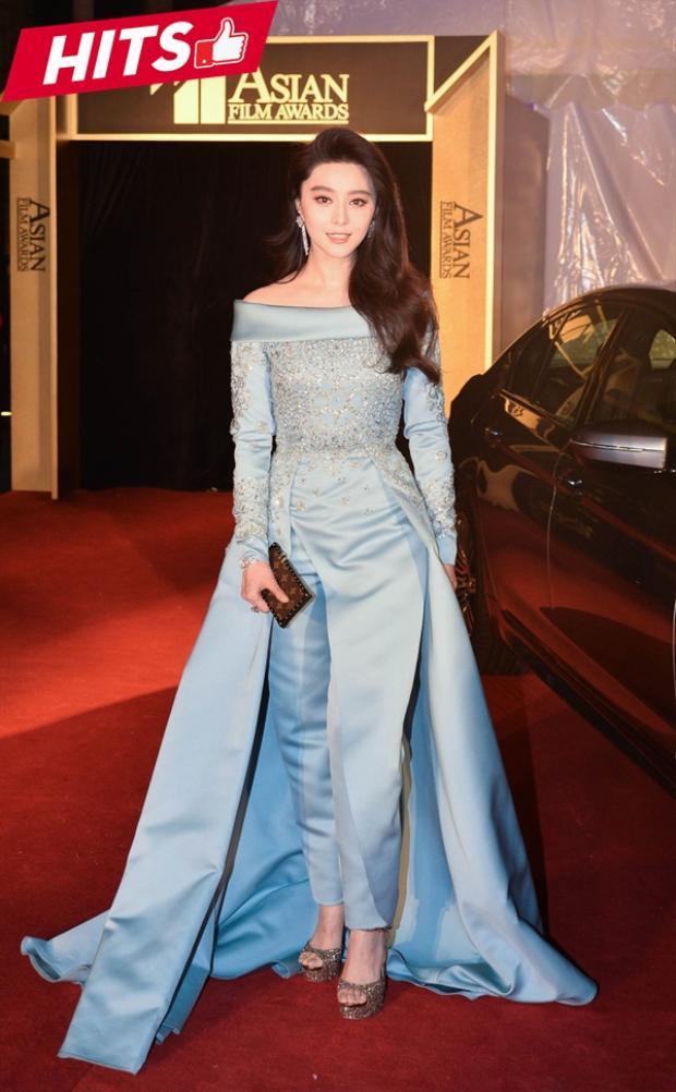 Phạm Băng Băng được lọt top sao đẹp do tạp chí Elle bình chọn bởi vẻ đẹp được tổng hòa giữa hiện đại và cổ điển của thiết kế xanh ngọc vô cùng bắt mắt.