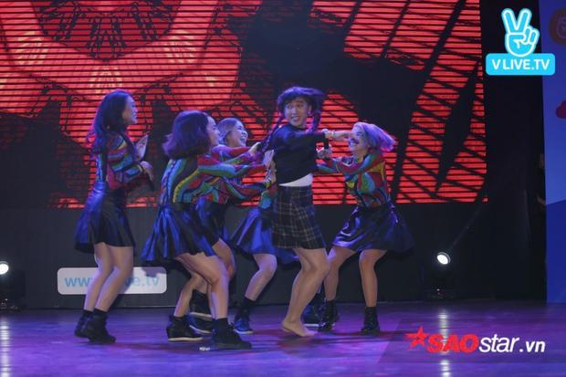 """Buổi fan meeting mở đầu bằng màn trình diễn của """"chị gái sinh đôi"""" của Khởi My - Minh Xù."""