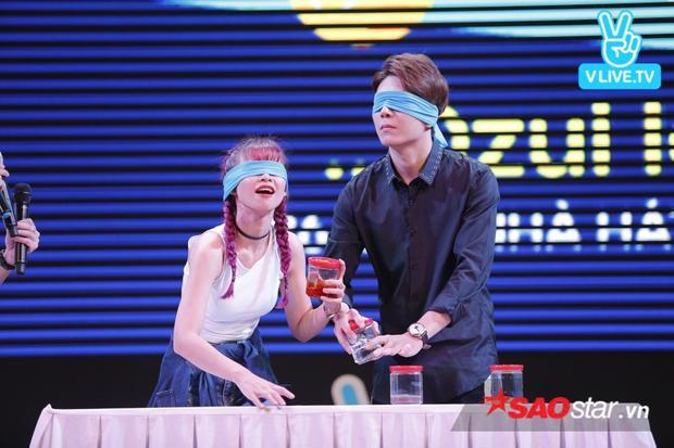 Trong buổi fan meeting, Khởi My và Kelvin Khánh phải chịu thử thách cực bá đạo - ăn mì udon với những nguyên liệu như mắm, dấm,…