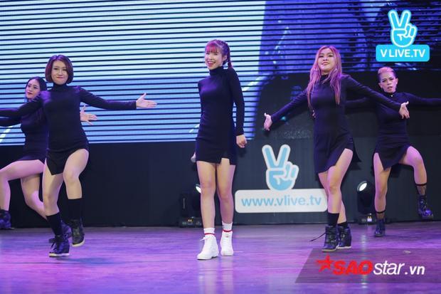 Đặc biệt những fan có mặt còn được chiêm ngưỡng MV cũng như phần trình diễn ca khúc mới nhất có tên Trải qua của Khởi My.