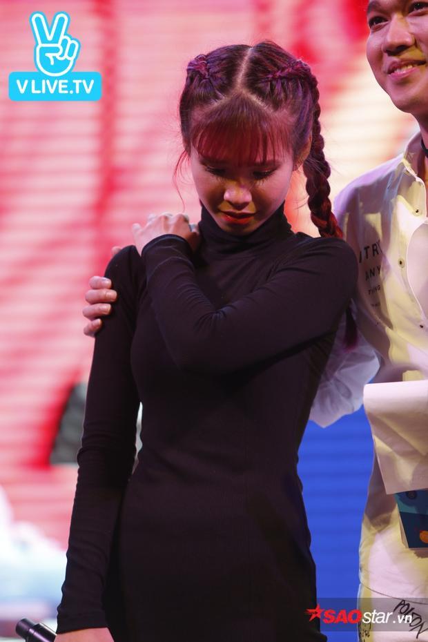 Xúc động trước tình cảm của fan, Khởi My bật khóc trên sân khấu