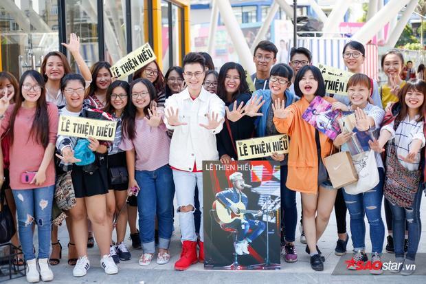 Rất nhiều fan đã đến chúc mừng Lê Thiện Hiếu từ rất sớm.