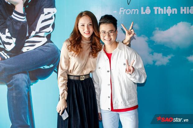 Ca sĩ Hương Giang đến chúc mừng đàn em ra mắt sản phẩm mới.