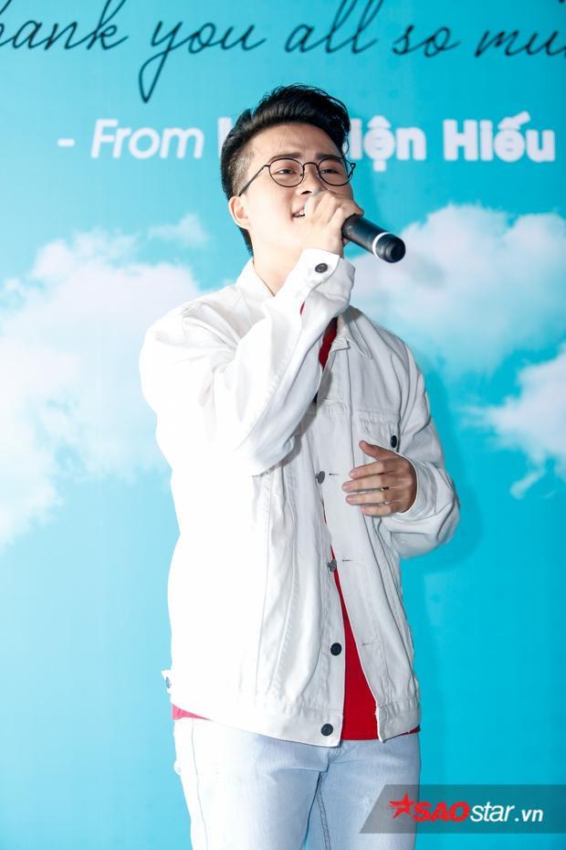 Anh chàng thể hiện ca khúc Này em ngọt ngào và đầy cảm xúc trong buổi họp báo.