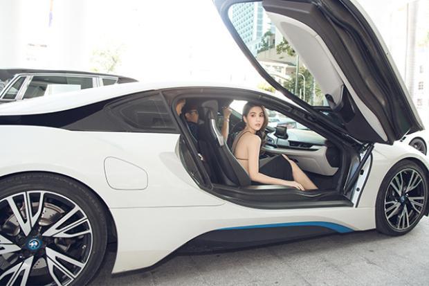 Ngọc Trinh được siêu xe đưa đến sự kiện.