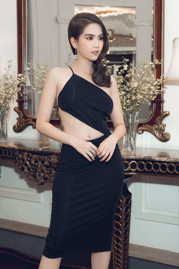 Bộ váy xẻ táo bạo, giúp Ngọc Trinh khoe vòng eo con kiến…