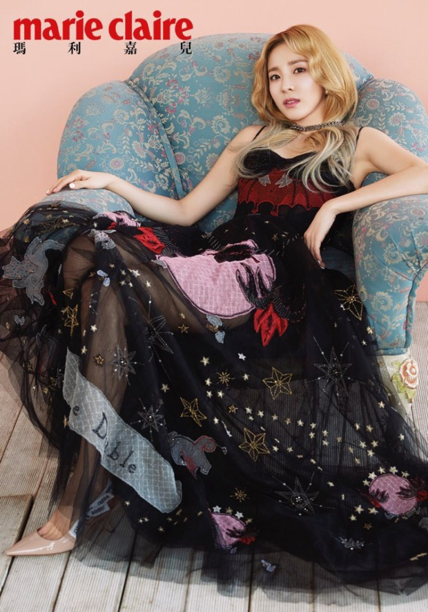 Bộ váy xuyên thấu với nhiều chi tiết nhấn nhá thú vị đem đến cho nữ idol vẻ ngoài cực sành điệu và quyến rũ.