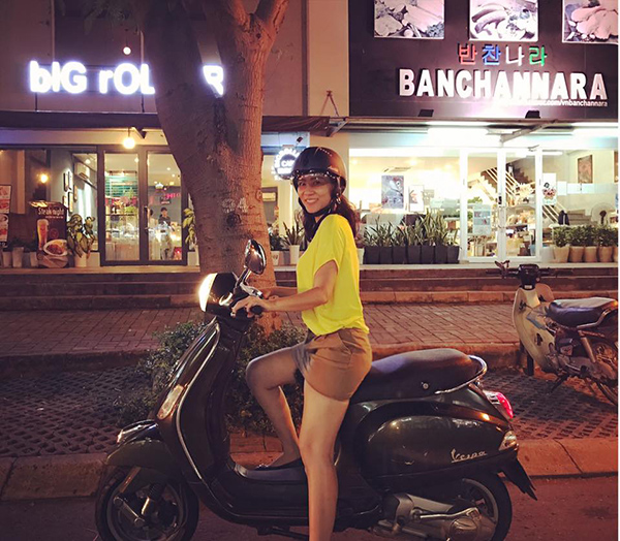Chẳng cần xe sang, nữ ca sĩ lựa chọn xe máy để di chuyển cho thoải mái…