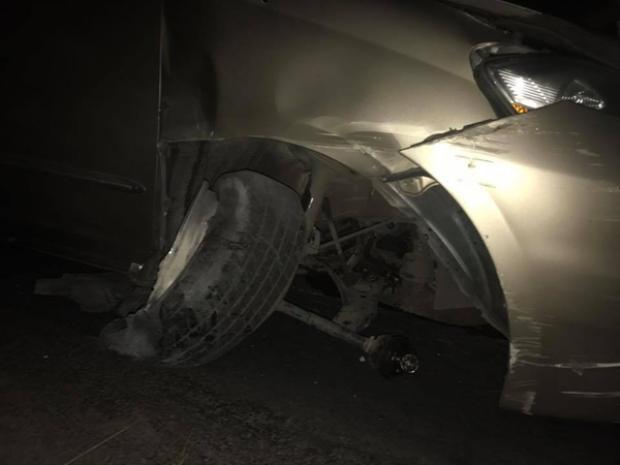 Chiếc xe hơi của Nhật Kim Anh bị hỏng nặng.